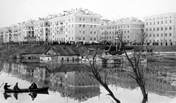 A view of the Mira street and Ukhta river. 1950s.